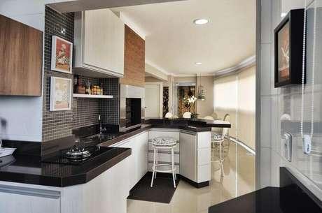 45. Varanda gourmet decorada com pastilhas, armários brancos e granito preto absoluto