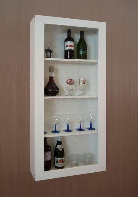 69. Utilize uma cristaleira suspensa para estruturar um barzinho para sala