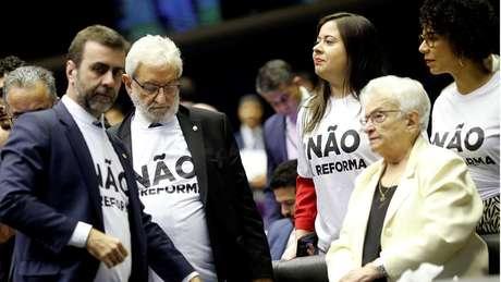 Em imagem de julho, deputados de oposição aparecem com camisas estampadas com os dizeres: 'Não à reforma'; parlamentares deste lado da disputa terão mais dificuldade para alterar proposta no segundo turno de votação
