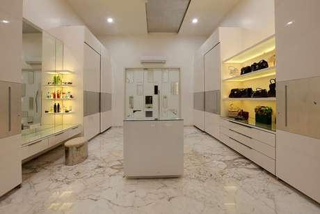 43. Closets com ar condicionado split garantem a durabilidade das roupas e calçados. Foto: Revista Viva Decora.