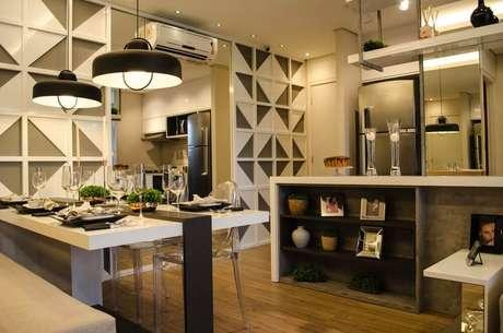 39. Até paredes de espelho podem servir de suporte para o ar condicionado split. Projeto de Studio Ecoara