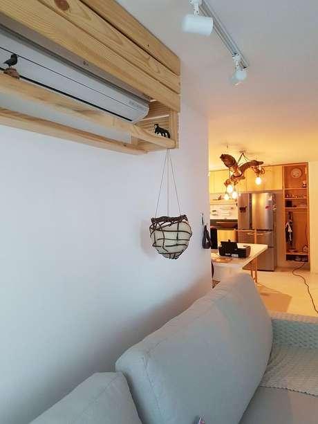 24. O ar condicionado split pode ser instalado em um suporte. Projeto de Alê Nasceubem