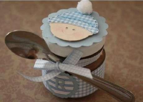 76. Brigadeiro de colher utilizado como lembrancinha de maternidade. Fonte: Pinterest