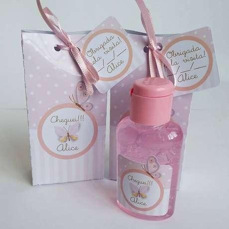 34. Caixinha personalizada com álcool em gel como lembrancinha de maternidade. Fonte: Own Studio Criativo