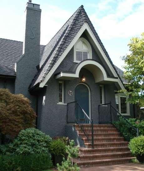 10. Casa cinza com parede em grafiato e telhado colonial – Por: Transforme sua casa