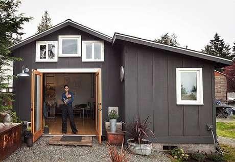 12. Casa cinza e pequena, bem planejada.
