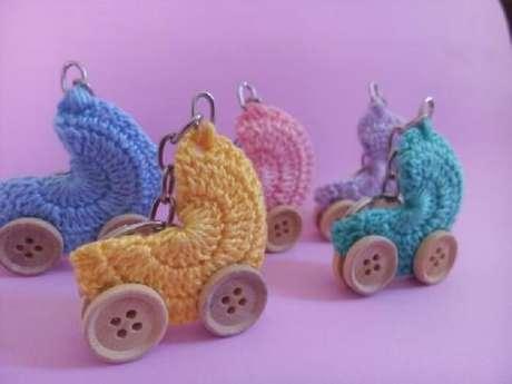 80. Chaveiro de carrinho de bebê em crochê utilizado como lembrancinha de maternidade. Fonte: Pinterest