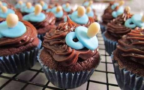 82. Cupcakes com desenho de chupeta serve de lembrancinha de maternidade. Fonte: Pinterest