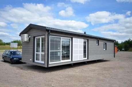 15. A casa cinza feita de container é moderna e econômica