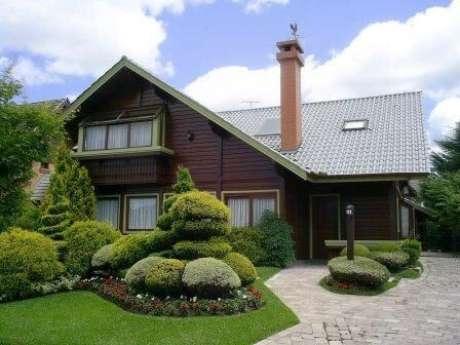 18. Caso tenha espaço, coloque um lindo jardim para combinar com a casa com piso cinza e telhado cinza. A casa cinza é linda!