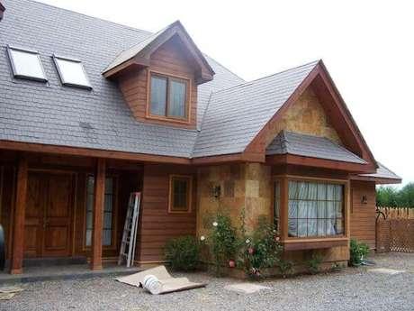 21. A decoração de casa cinza com telhado de madeira é ainda mais bonita