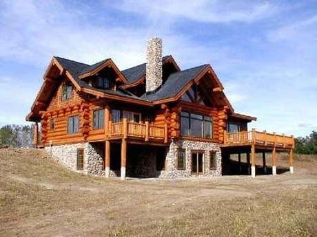 22. A decoração de casa cinza também combina com a madeira para casa no campo