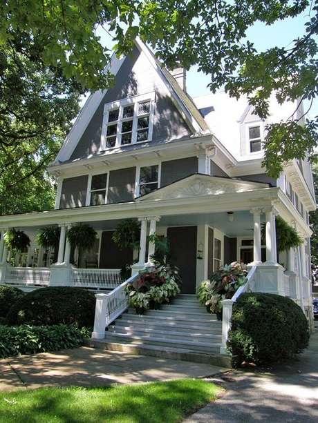 3. Casa cinza com branco e um jardim super agradável na decoração