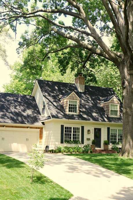 43. Aposte na casa com telhado cinza para ter uma linda decoração