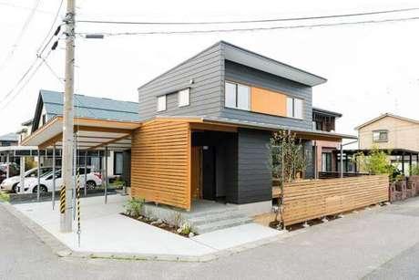 47. Decoração de casa cinza com fachada em madeira