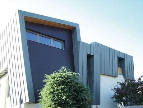 24. Pense em designs únicos para o seu projeto e deixe tudo mais bonito com a fachada de casa cinza