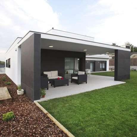 50. Decoração de casa cinza com área externa para relaxar