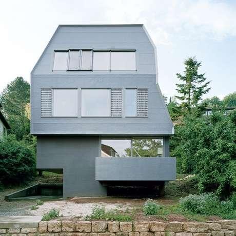 25. Decoração de casa com piso cinza e pedras naturais