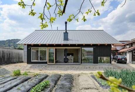 29. A casa com telhado cinza fica ainda mais bonita com as paredes da casa numa cor contrastante