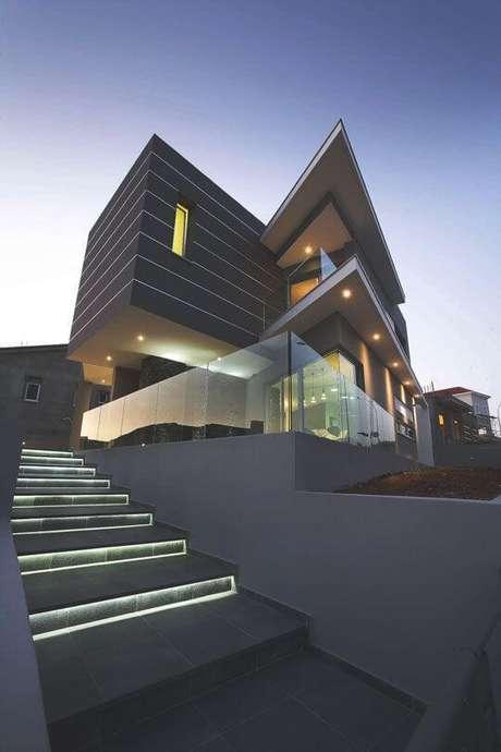 30. A casa cinza é imponente e contemporânea