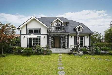 31. A casa cinza com branco é uma forma de apostar no estilo clássico para ter uma linda decoração