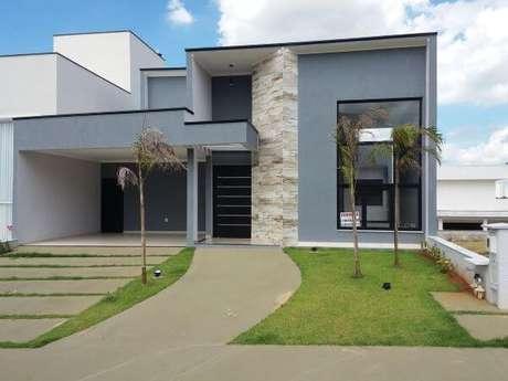 33. Na dúvida, misture os acabamentos para criar uma casa cinza maravilhosa em todos os detalhes