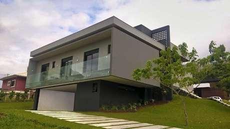 34. Projeto de casa cinza e moderna