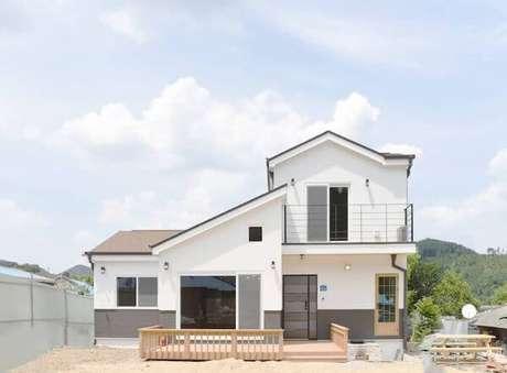 35. O projeto de casa cinza com branco é impecável!