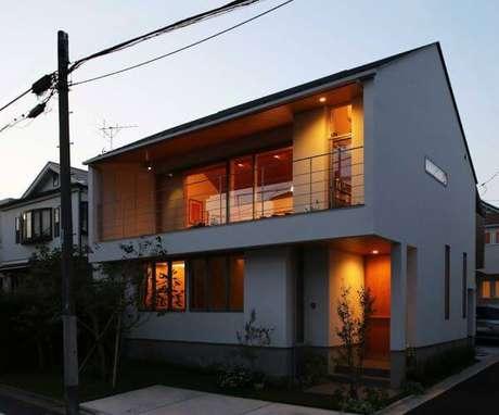 37. A fachada de casa cinza fica ainda mais linda com um bela iluminação