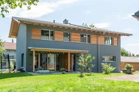 38. As janelas de madeira são ótimas opções de conseguir uma decoração de casa cinza bonita