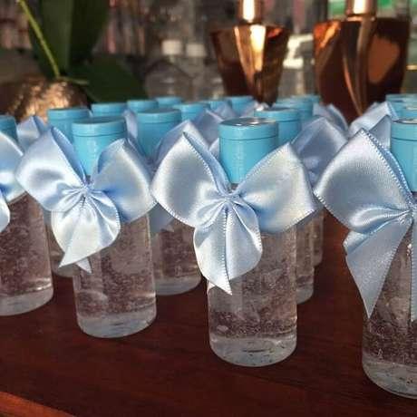 36. Frasco com álcool em gel e laço azul utilizado como lembrancinha de maternidade. Fonte: Mari Venâncio