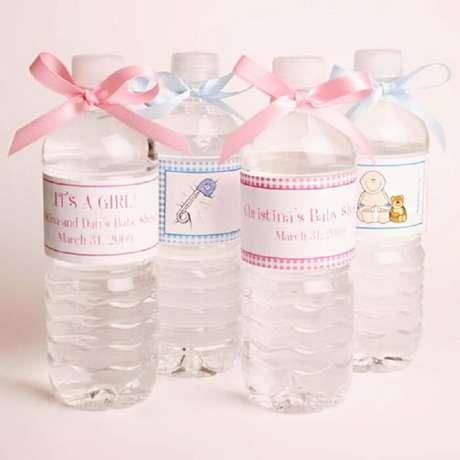 9. Lembrancinha de maternidade barata feita com garrafa de água e rótulo personalizado. Fonte: Pinterest