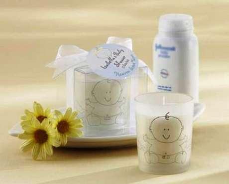 41. Lembrancinha de maternidade barata feita com vela. Fonte: Pinterest