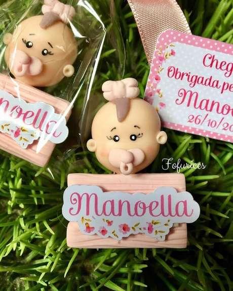 42. Lembrancinha de maternidade de biscuit em formato de bebê. Fonte: Fofurices