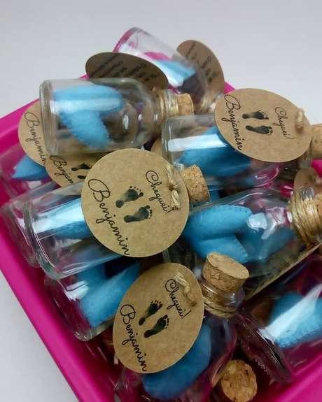 44. Lembrancinha de maternidade diferente com coração azul e garrafinha personalizada. Fonte: Ateliê MP Origami