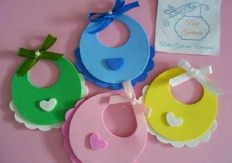 47. Lembrancinhas de maternidade em eva em formato de babador com cores variadas. Fonte: Elo7