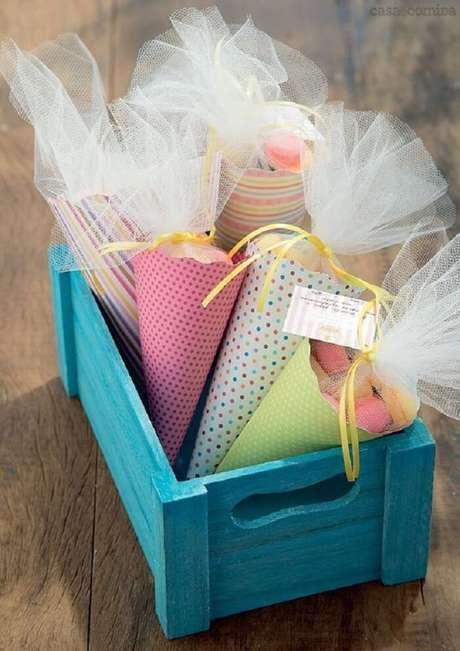 50. Lembrancinha de maternidade feita com cones e guloseimas. Fonte: Revista Casa e jardim
