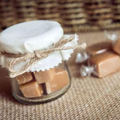 51. Lembrancinha de maternidade feita com doce de leite no pote. Fonte: Pinterest