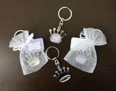 89. Lembrancinha de maternidade feita de chaveiro metálico em formato de coroa. Fonte: Pinterest