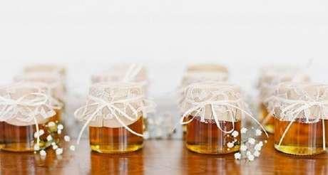 13. Lembrancinha de maternidade simples feita com pote de mel. Fonte: A Mãe e Coruja