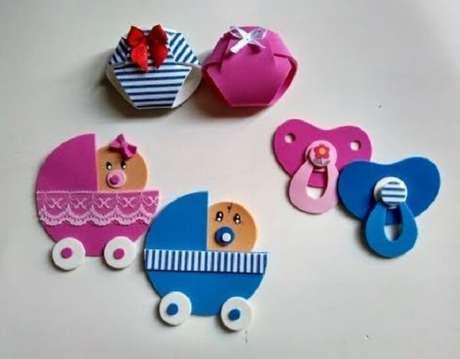 54. Lembrancinhas de maternidade em eva com formato de chupeta, berço e fraldas. Fonte: Pinterest