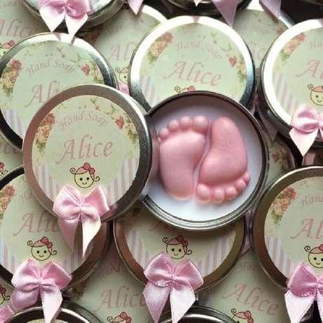 95. Pezinhos de sabonete como lembrancinha de maternidade. Fonte: Pinterest