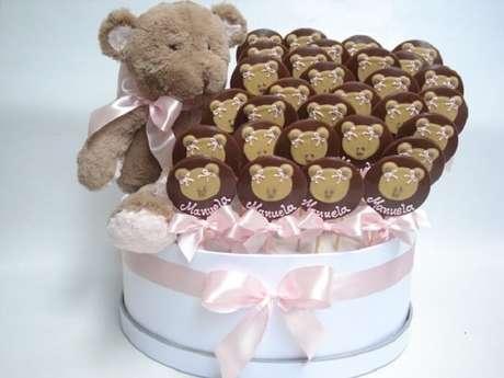 96. Pirulito de chocolate com desenhos de ursinho utilizado como lembrancinha de maternidade. Fonte: Pinterest