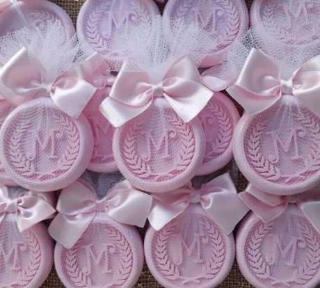 65. Sabonete artesanal com as iniciais do recém-nascido como lembrancinha de maternidade. Fonte: Sabonetes Artesanais