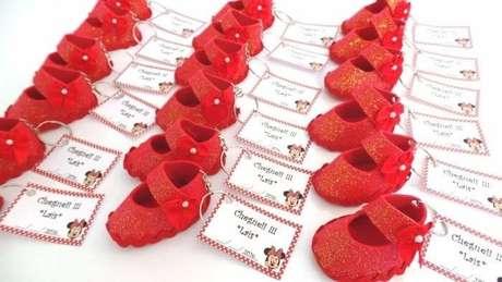 29. Sapatinho vermelho em EVA usado como lembrancinha de maternidade. Fonte: Pinterest
