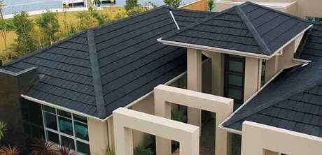5. Telhado cinza escuro com as paredes de casa neutras. A combinação perfeita para uma casa cinza.