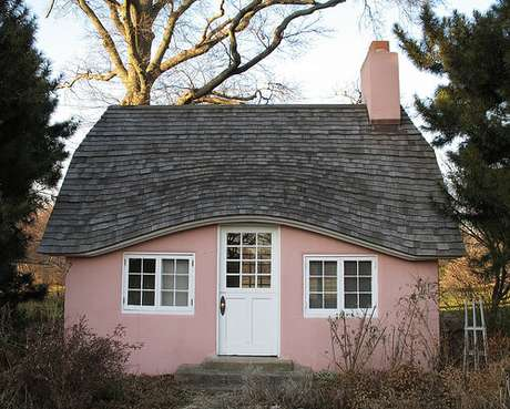 6. Casa com telhado cinza e paredes cor de rosa. Uma casa cinza super delicada!