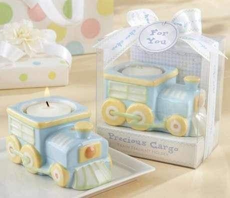 31. Vela perfumada como lembrancinha de maternidade menino. Fonte: Lá Vem Bebê