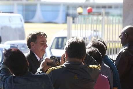 Bolsonaro cumprimenta apoiadores ao sair do Palácio da Alvorada