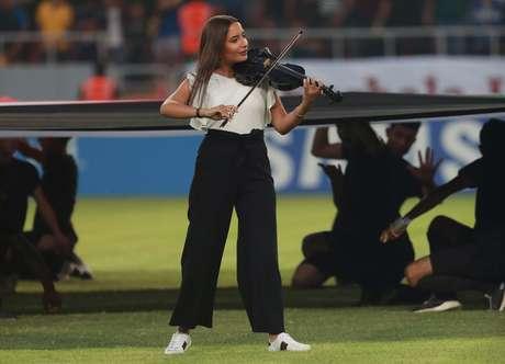 A violinista Joelle Saade toca o hino nacional do Iraque durante abertura do Campeonato da Federação de Futebol da Ásia Ocidental em Kerbala, no Iraque 30/07/2019 REUTERS
